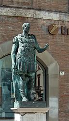 Единственный в Италии памятник Юлию Цезарю