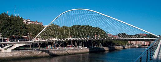 """Подвесной арочный пешеходный мост """"Субисури"""" через р. Нервьон в Бильбао (Испания)"""