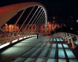 Автомобильный арочный мост Джеймса Джойса через реку Лиффи в Дублине (Ирландия)