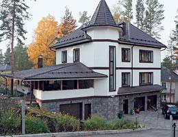 Загородный дом с кровлей из металлочерепицы