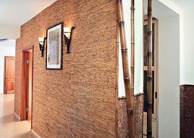 """Натуральные обои из бамбука в прихожей гармонично сочетаются с бамбуковыми стволами и пробковым покрытием стен (салон отделочных материалов """"Интерио"""")"""