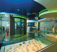 Многоуровневые конструкции востребованы в общественных помещениях с высокими потолками