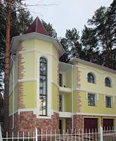 В отделке фасада сочетаются штукатурка и натуральный камень