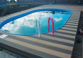 Дощатое покрытие вокруг бассейна